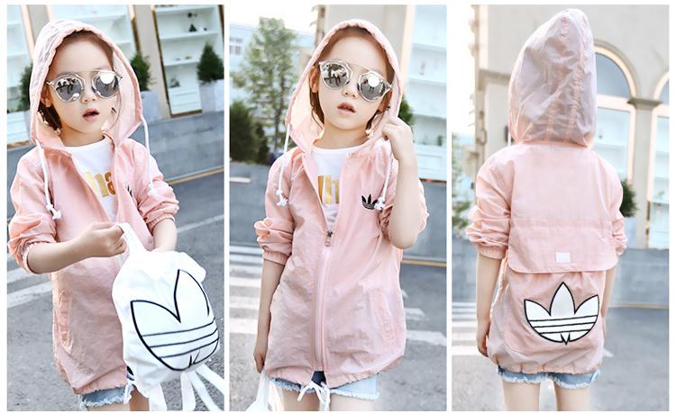 Cần dùng áo chống nắng trẻ em để bảo vệ bé khỏi ánh nắng, khói bụi