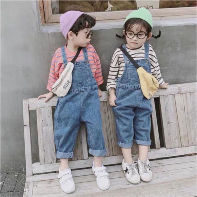 Quần yếm jean trẻ em kết hợp với áo sweater